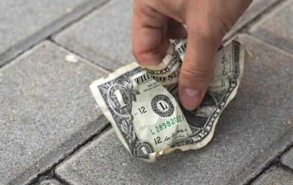 Nhặt được tiền đánh con gì